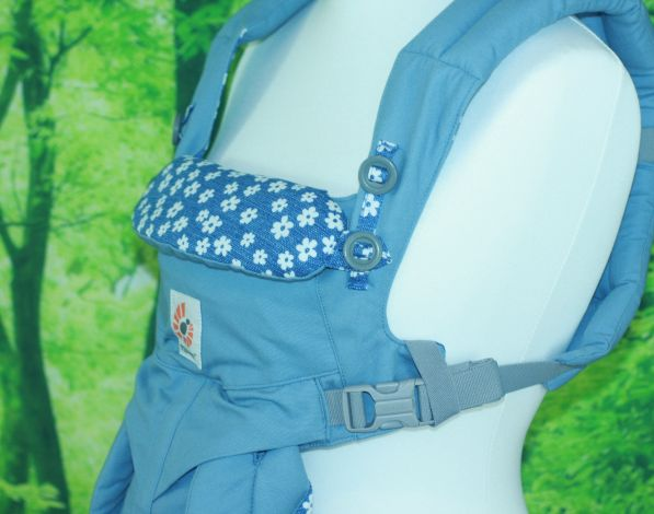 Die Kopfstütze der Omni 360 kann entweder nach Innen geklappt werden (als direkte Nackenstütze) oder über zwei Knöpfe befestigt werden