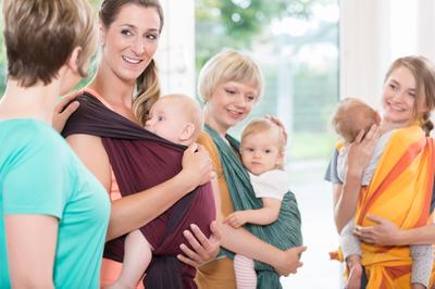 Die Handhabung eines Babytragetuchs sollte professionell vermittelt werden. TrageberaterInnen können hier helfen.