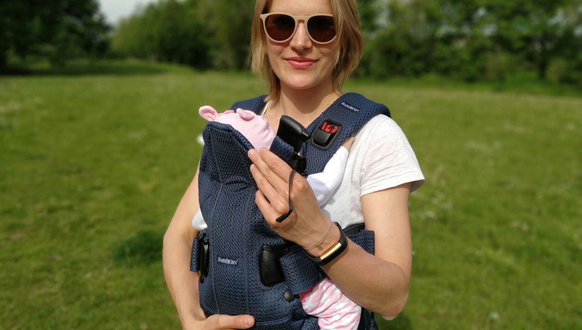 Für optimale Sicherheit: Sie nehmen Ihr Baby in der bereits angelegten Trage auf